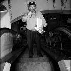 Joe Zawinul. Marmara Hotel, International Istanbul Jazz Festival, Turquie, 1996. Happy birthday, Joe. Ce soir-là, le créateur du groupe Weather Report fêtait son soixante-quatrième anniversaire. Quelques heures plus tôt, dans le théâtre en plein air qui domine le Bosphore, standing ovation pour le Zawinul Syndicate qui venait de rendre hommage à un grand musicien turc récemment disparu. Mais après le spectacle, la vie continue… Retour à l'hôtel pour une petite fête entre amis. © Photo : Pascal Kober