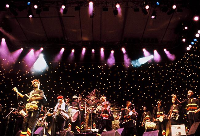 Akiyo, Jazz à Pointe-à-Pitre, Guadeloupe, France, 1992. L'appel des tambours du gwo ka couvrait parfois la fuite des évadés. Aujourd'hui, le groupe Akiyo rythme les chants et les danses de la vie antillaise. Réuni sous forme d'association, il rassemble plusieurs centaines de musiciens et compte quelques uns des plus fameux « tambouillés » de la région. © Photo : Pascal Kober.