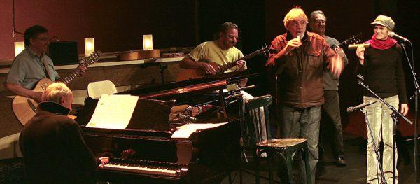 De gauche à droite, : Christian Sanchez (guitare), Jean-Pierre Mas (piano), Pascal Kober (basse), Pierre Barouh (chant), Thierry Rampillon (guitare) et Sheyla Costa (chant, percussions).